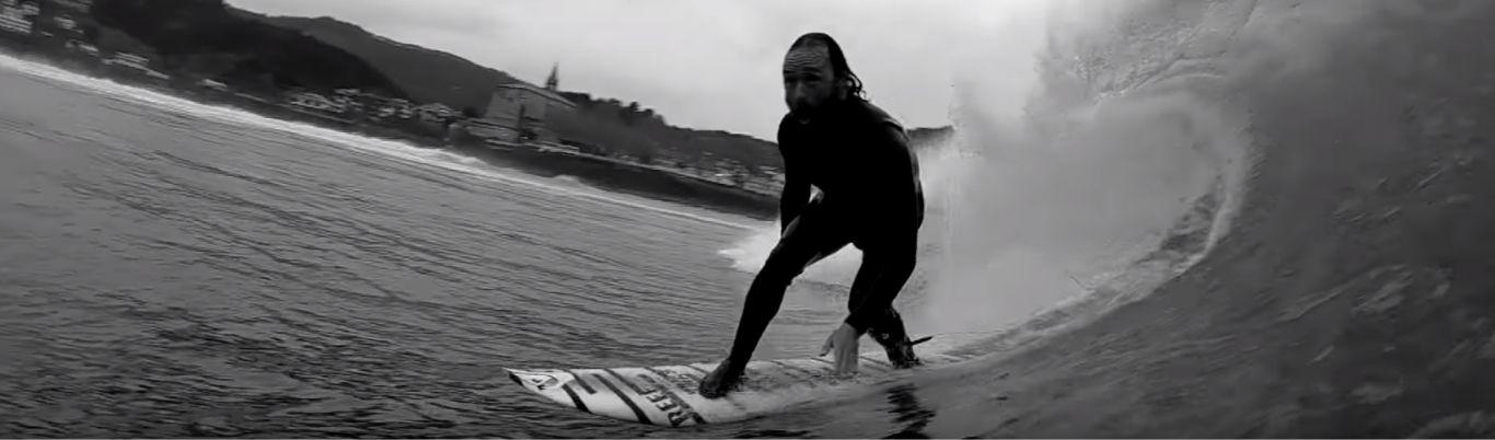 Kepa Acero surfeando en Mundaka